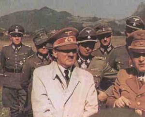 HItler circondato da alcuni militari