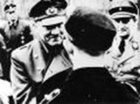 Hitler stringe la mano agli ultimi difensori di Berlino, reclutati tra bambini e adolescenti