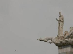 Gargoyle a forma di uomo, duomo di Pisa