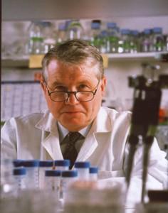 Il prof. Luc Montagnier al lavoro nel suo laboratorio