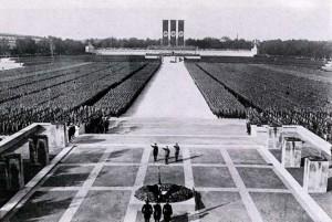 Raduno nazista, 1934. Lo stato di trance estatica e di fusione rituale della Germania con il suo capo-messia è completo