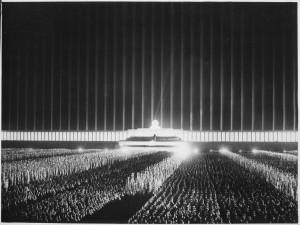 Una cerimonia di partito in notturna: secondo l'architetto del Reich Albert Speer, Hitler aveva creato una nuova religione e volle creare con questa scenografia una vera e propria cattedrale di luce. L'effetto scenografico sui presenti risultava di fortissimo impatto emozionale.