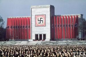 La svastica campeggia come centro di contemplazione sul raduno del partito nazista. Secondo le testimonianze oculari dell'epoca, durante queste cerimonie di culto politico pubblico, si raggiungevano stati di vera e propria contemplazione. Le parole di Hitler esercitavano un fascino totale sui tedeschi. Solo l'indagine di Jung offre una risposta adeguata a questo fenomeno.