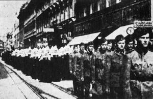 Suore cattoliche marciano insieme a soldati ustasha