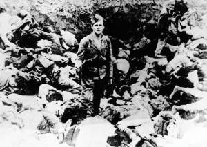 Soldato Ustasha in posa in una fossa comune di prigionieri. Campo di concentramento di Jasenovac