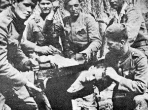 Soldati ustasha tagliano la testa di un prigioniero con una sega da falegname