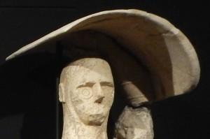 I Giganti possiedono un braccio guantato che in alcuni casi sorregge lo scudo sopra la testa a differenza dell'ultima statua ritrovata.