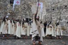 Templari con spada alzata